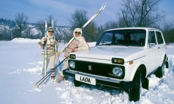Łada Niva i narciarze