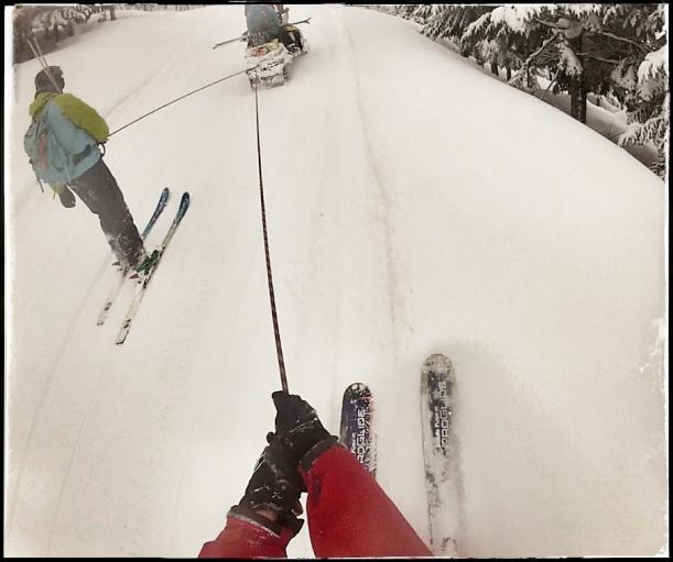 Skikjøring za końmi wymyślono ponoć w Skandynawii... A za skuterem można pojeździć na Hokkaido... Zabawa jest i w górę i w dół... :-)