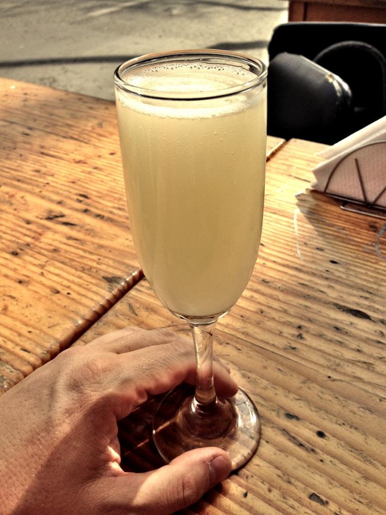 Kieliszek Pisco Sour - to standardowy chilijski aperitif. Do mocnego alkoholu Pisco dodaje się białko jajka i serwuje schłodzony. Pycha! Od około 9 złotych w podstawowych miejscach do 20 w lepszych.