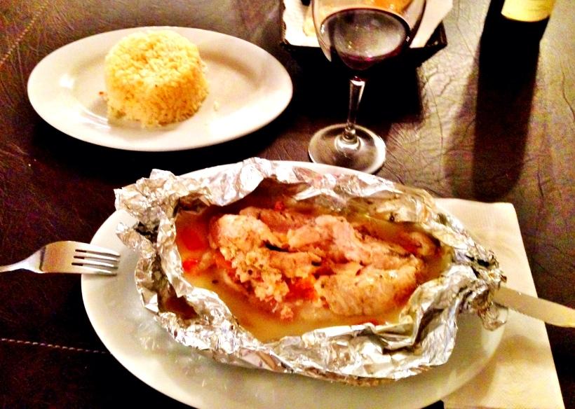 To z kolei to rekomendacja Lonely Planet: El tralusa a la trauca - morszczuk pieczony w folii w zaprawie z chorizo. Ponoć typowy dla chile - i choć może nie wygląda - jest bardzo pyszny. Około 40pln.