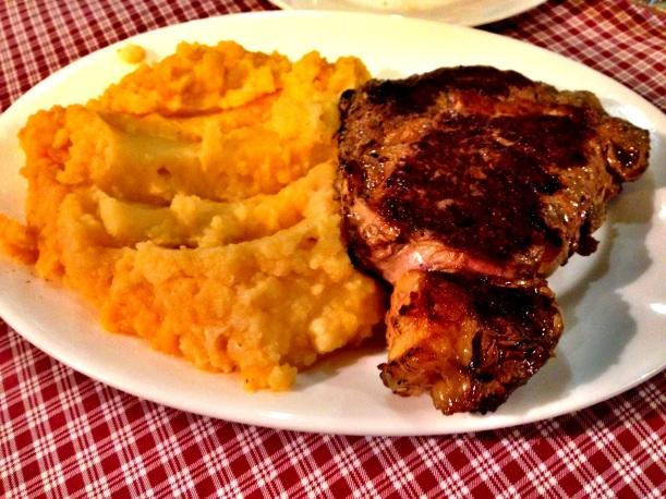 Na początek klasyk: Bifo de Lomo con agregado - czyli stek wołowy z dodatkiem. Dodatkiem z reguły może być puree, ryż, frytki czy sałatka. Da się znaleźć niewydumane miejsca w Bellavista, gdzie zapłacicie za to 20pln i będzie naprawdę pycha.