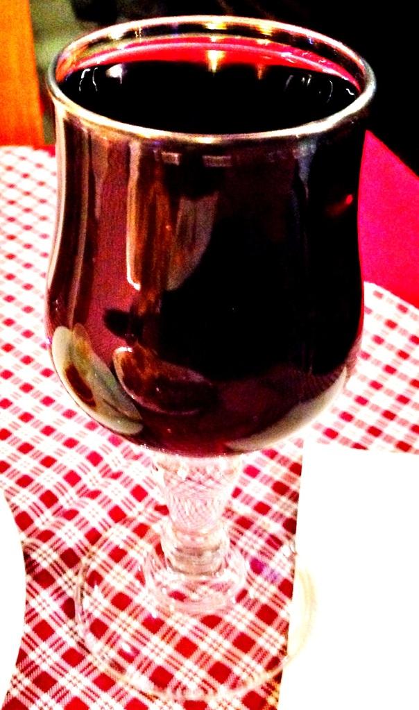 A skoro jesteśmy przy winie. Tak często podaje się Una copa di vino de la casa. Prawie się wylało. Ale przynajmniej nikt nikogo o skąpstwo nie posądzi! Nnnno! 9-12pln.