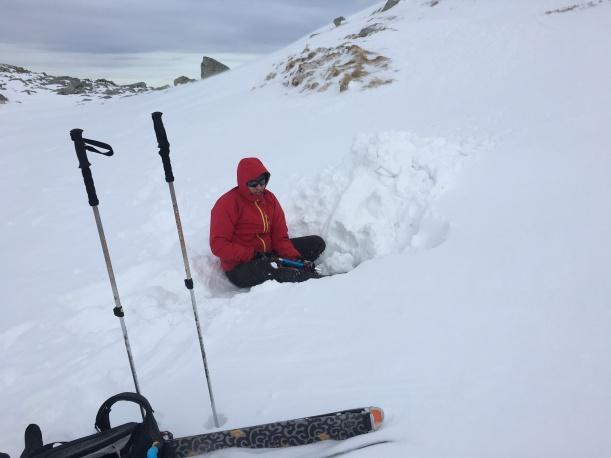 Zgodnie z prognozą powoli psuje się pogoda. Nadciągają chmury i rośnie siła wiatru. A my zgodnie z planem wybieramy miejsce na biwak i zaczynamy kopać. Problemem jest bardzo mała ilość śniegu - dlatego musimy uspać górkę, którą potem będziemy drążyć.