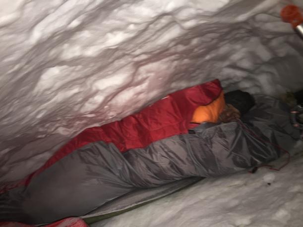 Śpiwory i płachty biwakowe zdały egzamin na piątkę. Na fotce Marcin jeszcze przed zaśnięciem. Do snu sznurowaliśmy kaptury tak, że wystawały nam tylko nosy. Było naprawdę cieplutko, mimo, że byliśmy w śpiworach w samej bieliźnie.