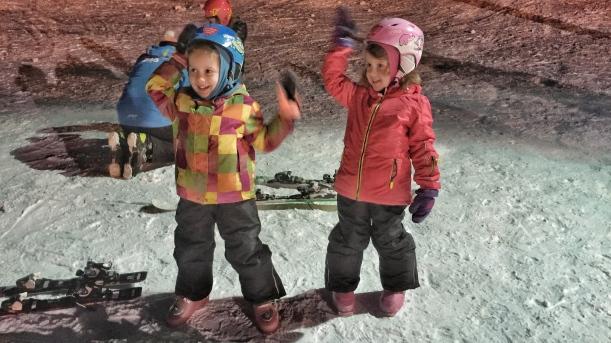 Dwa tygodnie po powrocie do Japonii czekał na mnie wyjazd w Tatry do Zęba i cała masa radości i cholernej satysfakcji. Co prawda z zupełnie innego powodu, ale również chodziło o narty. Moje córki zasuwają po tym sezonie po czerwonych trasach i bardzo nieskromnie napiszę, że uważam, że znacząco się do tego przyczyniłem. Sami popatrzcie: