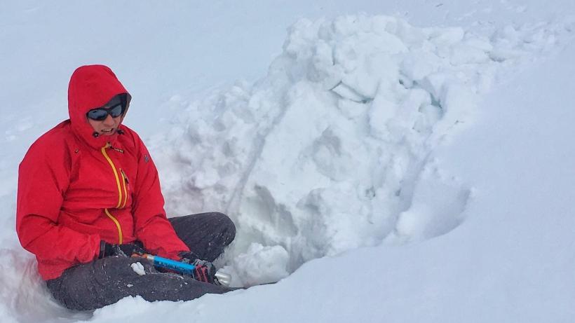 Dolinka za Mnichem. 1700-1800 m. Decyzja właśnie zapadła: zostajemy na noc. Wkopujemy się w śnieg a potem zaczynamy drążyć jamę.