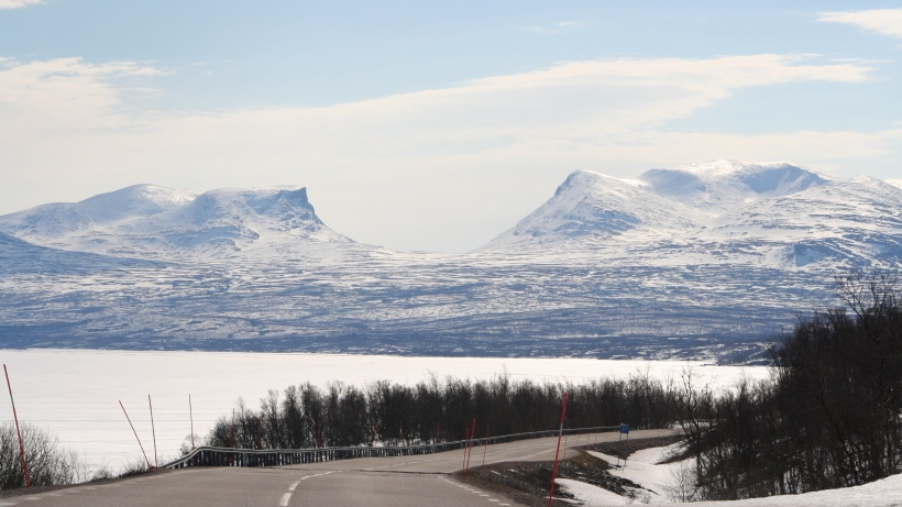 """Na początek ostatnia podróż do Laponii. Na zdjęciu słynna """"Brama Laponii"""" uformowana przez cofający się lodowiec. Po raz kolejny w tym sezonie miałem cholerne szczęście do pogody..."""